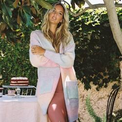 𝑺𝒘𝒆𝒆𝒕 𝑳𝒊𝒍𝒚 𝒌𝒏𝒊𝒕 🌈  El cárdigan de aires #boho más dulce y esponjoso que encontrarás esta temporada.   #punto #bloggerstyle #cardigan #chaquetas #ropabonita #botiguesambencant #tiendasbonitas #outfitdeldía