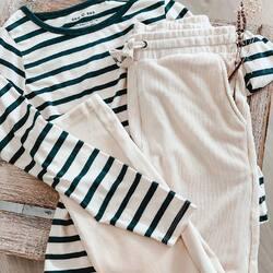 ¿Cuál de estas prendas no falta en tu armario, camiseta o sudadera? Cuéntanos en los comentarios, ¿1️⃣ o 2️⃣? 👇 ⠀⠀⠀⠀⠀⠀⠀⠀⠀ ⠀⠀⠀⠀⠀⠀⠀⠀⠀ ⠀⠀⠀⠀⠀⠀⠀⠀⠀ #stripes #camisetas #sudaderas #looksporty #lookinspiracion